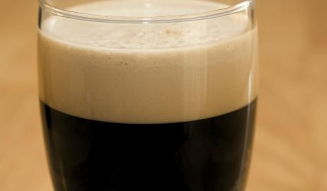 Η μαύρη μπύρα αυξάνει τη λίμπιντο και ενισχύει τη στύση