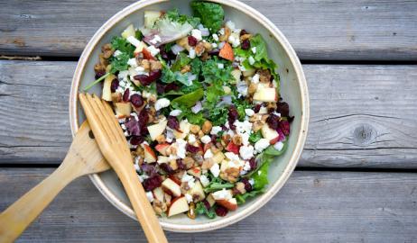 Ο συνδυασμός φρούτων και σαλάτας βελτιώνει την υγεία και μειώνει το πάχος