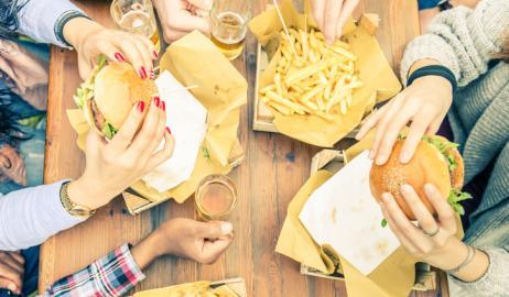 Το αλκοόλ βάζει τον εγκέφαλο σε «λειτουργία πείνας»