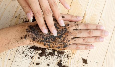 Πως θα φύγει η μυρωδιά του σκόρδου απ' τα χέρια σας
