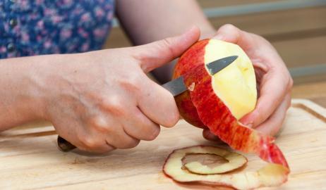 Γιατί δεν πρέπει να ξεφλουδίζετε τα φρούτα και τα λαχανικά σας