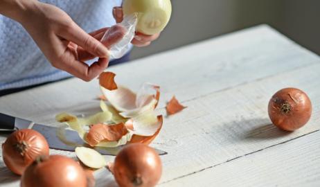Εσείς ξέρετε πώς να καθαρίσετε κρεμμύδια χωρίς δάκρυα;