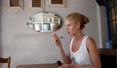 Πώς να απολαύσετε ένα μοναχικό δείπνο: κοιτάξτε σε έναν καθρέφτη