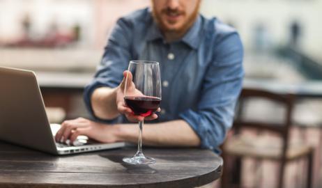Ο περίεργος λόγος που σας κάνει να πίνετε περισσότερο κρασί