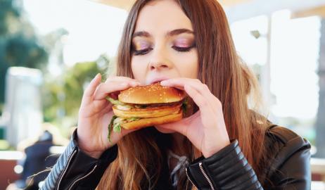 Οι διαφημίσεις junk food θα μπορούσαν να αυξήσουν το ποσοστό των ανθυγιεινών τροφών που επιλέγουν οι έφηβοι
