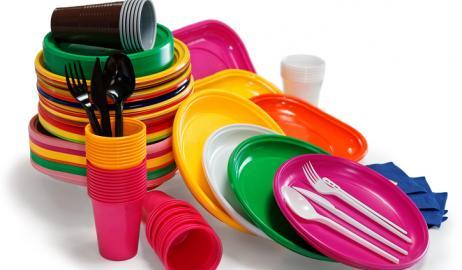 Η ΕΕ σκοπεύει να θέσει εκτός νόμου από το καλοκαίρι τα μιας χρήσης επιτραπέζια σκεύη από πλαστικό