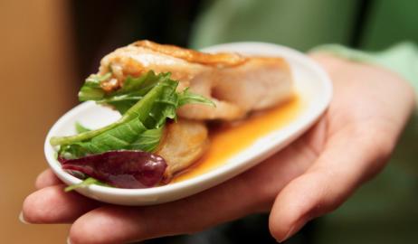 Ξεγελάτε τον εγκέφαλο για να τρώτε λιγότερο; Τα μικρά πιάτα δυστυχώς δεν θα σας βοηθήσουν