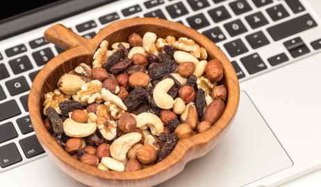 Διατροφή στο γραφείο: Τι να μην λείπει από την τσάντα σου