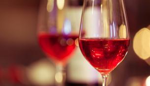 Ποτήρι με κόκκινο κρασί