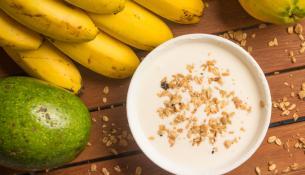 Μπανάνες, παπάγια, αβοκάντο και γιαούρτι