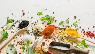 Tα πικάντικα τρόφιμα ξεγελάνε τον εγκέφαλο ώστε να χρησιμοποιεί λιγότερο αλάτι