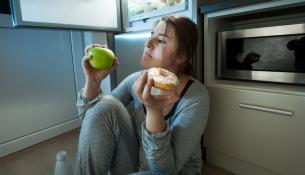 Πώς το άγχος της ημέρας μετατρέπεται σε βραδινό τσιμπολόγημα