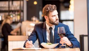 Νέα μελέτη αμφισβητεί τα πλεονεκτήματα της ελαφριάς κατανάλωσης αλκοόλ