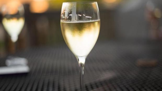 Το λευκό κρασί αυξάνει τον κίνδυνο εκδήλωσης μελανώματος