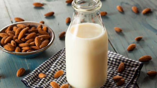 Φτιάξτε μόνοι σας γάλα αμυγδάλου