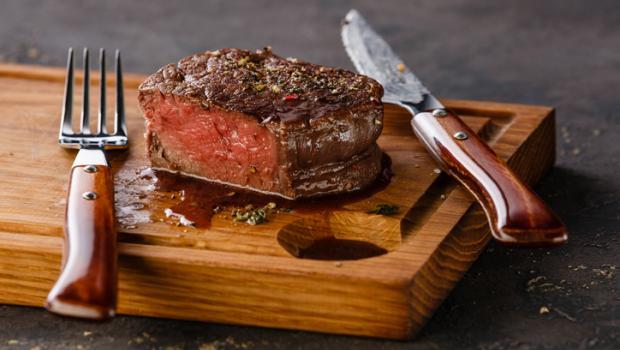 Αν παρουσιάζετε αυτά τα συμπτώματα, ίσως τρώτε περισσότερη πρωτεΐνη από όση πρέπει