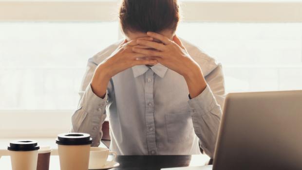 Μελέτη αποκαλύπτει την αλήθεια πίσω από τo εργασιακό stress, τον ύπνο και το junk food