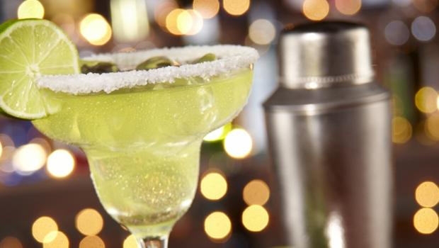 Cocktails: Ο θερμιδομετρητής που πρέπει να έχετε μαζί σας όλο το Καλοκαίρι!