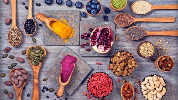 """8 Superfoods που σας τονώνουν και """"χτυπούν"""" το άγχος"""