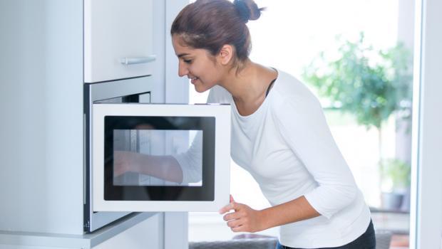 Τροφές που δεν είχες ιδέα ότι μπαίνουν στο φούρνο μικροκυμάτων