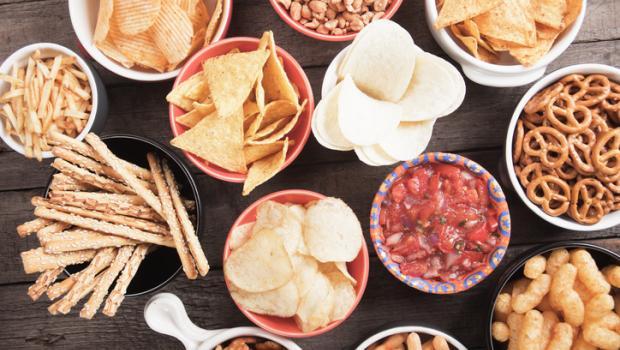 """Τα τρόφιμα που φέρουν την ένδειξη """"σνακ"""" οδηγούν σε υπερκατανάλωση"""
