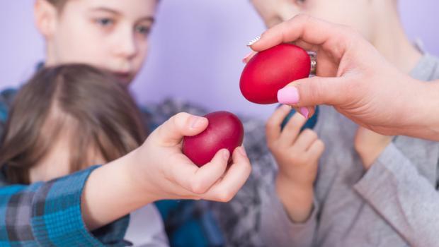 Τι συμβολίζει το τσούγκρισμα των κόκκινων αυγών;