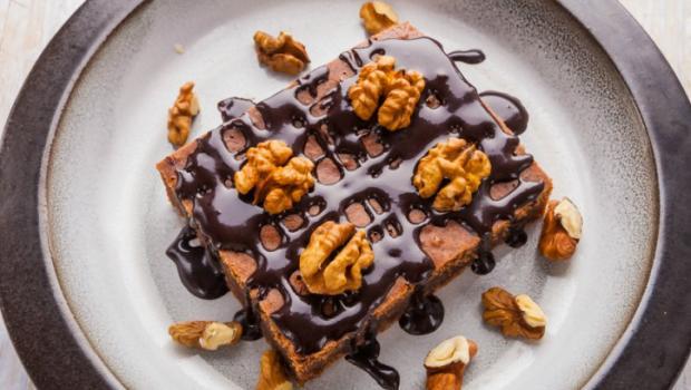 Εντυπωσίασε με υπέροχη σπιτική καρυδόπιτα με σιρόπι σοκολάτας, χωρίς ζάχαρη, χωρίς γλουτένη