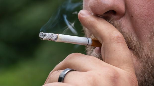 Οι παχύσαρκοι άνθρωποι είναι πιο πιθανό να υποκύψουν στο κάπνισμα