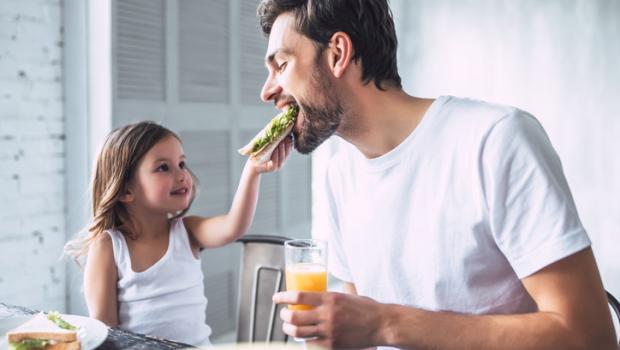 Οι γονείς τρέχουν πίσω από τα «δύσκολα» στο φαγητό παιδιά, αλλά τελικά αυτό λειτουργεί;