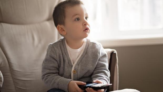 Πώς οι τηλεοπτικές διαφημίσεις επηρεάζουν το βάρος των παιδιών και προάγουν τις κακές διατροφικές συνήθειες