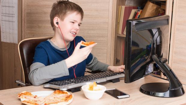 Συσχετισμός μεταξύ της αυξημένης πρόσληψης θερμίδων από τα παιδιά και της χρήσης των κοινωνικών μέσων