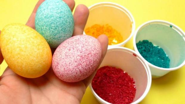 Φέτος βάφουμε αβγά με... ρύζι! Δες την εντυπωσιακή τεχνική