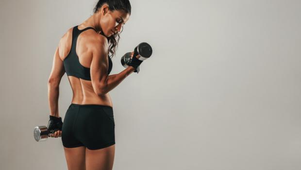 Το εύκολο τελετουργικό πριν από τον ύπνο που μπορεί να σας βοηθήσει να «χτίσετε» μυς ενώ κοιμάστε